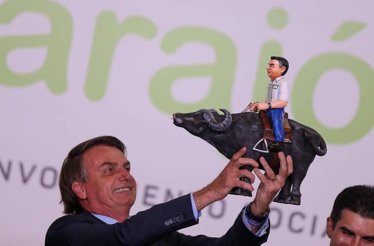 Bolsonaro ganha réplica de búfalo; veja fotos de hoje