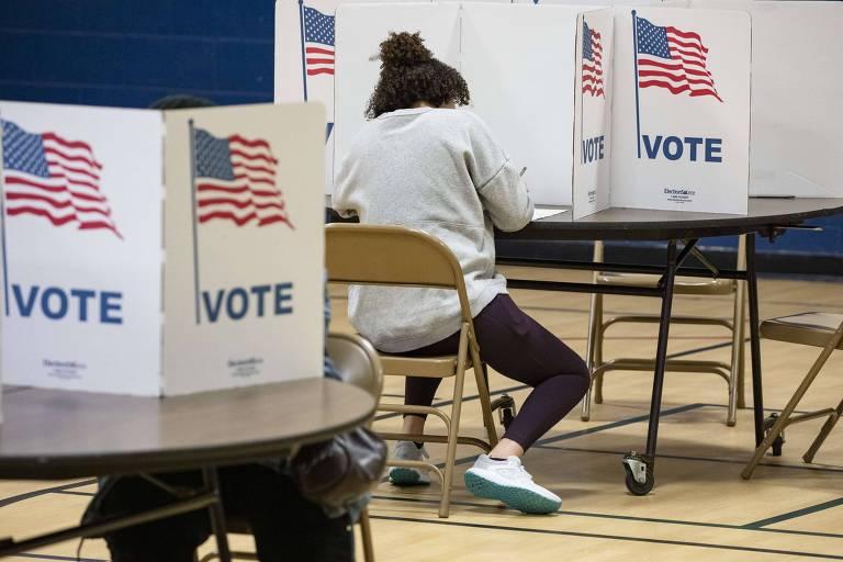 Eleitores participam da votação em escola na cidade de Herdon, na Virgínia