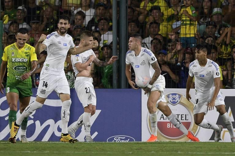 O meia Jobson comemora com companheiros do Santos depois de marcar na vitória diante do Defensa y Justicia pela Taça Libertadores