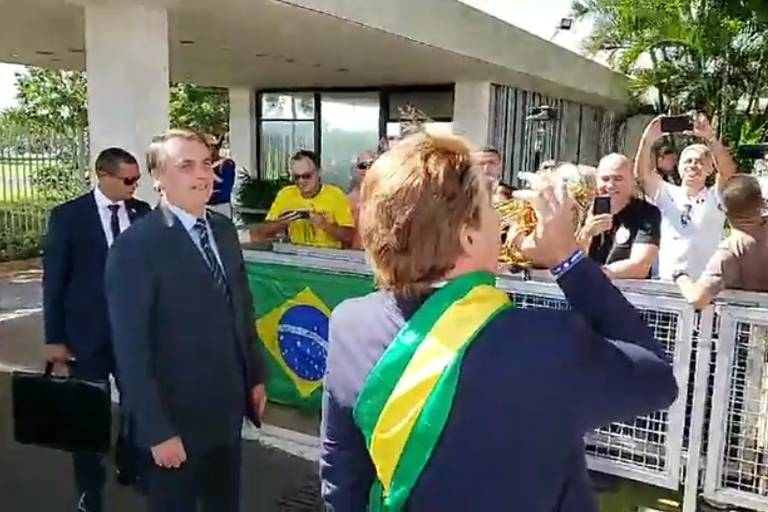 Jair Bolsonaro e o humorista Márvio Lúcio dos Santos Lourenço na entrada do Alvorada, Brasília