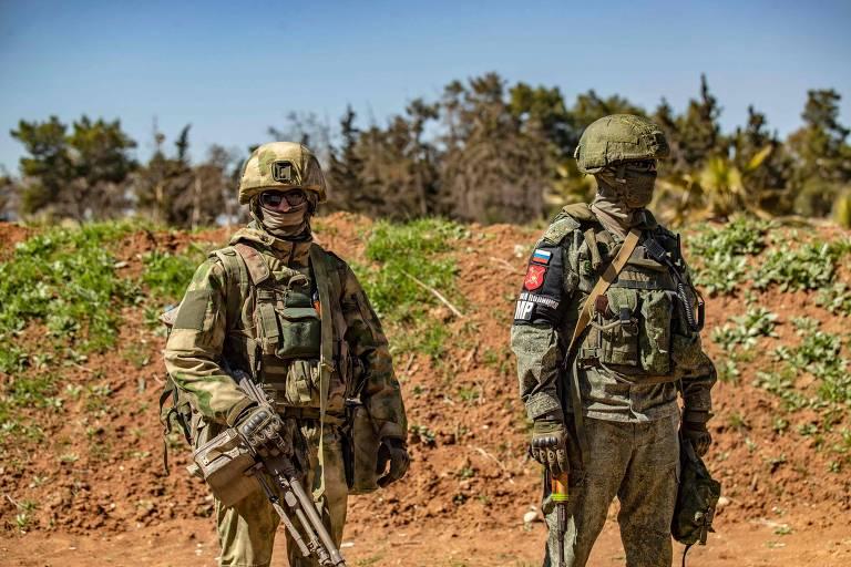 Soldados da Rússia guardam aeroporto de Qameshli (norte sírio), tornado base de Moscou
