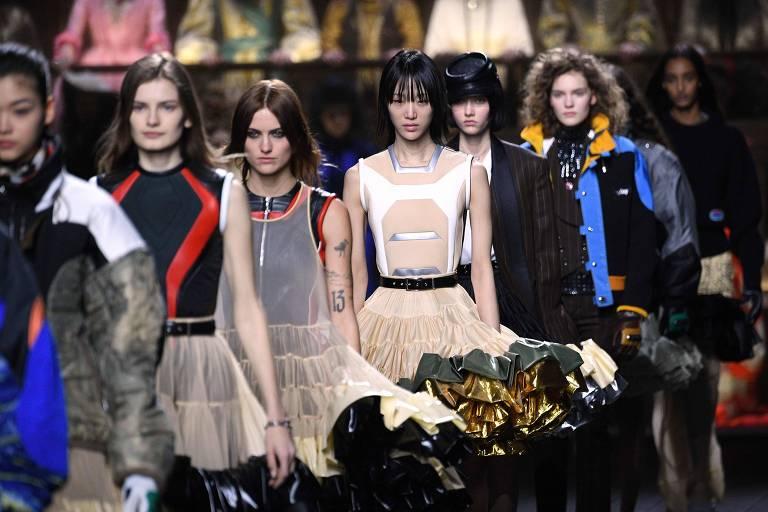 Modelos desfilam com criações da Louis Vuitton na semana de moda de Paris, em 2020