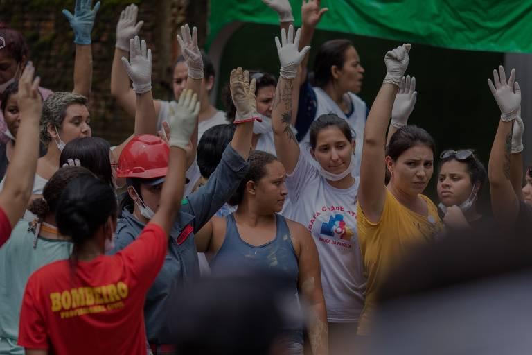 Encontraram meus tios soterrados e mortos, diz vítima de chuvas em Guarujá