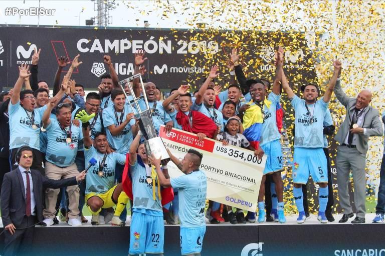 O Deportivo Binacional comemora o título de campeão peruano de 2019