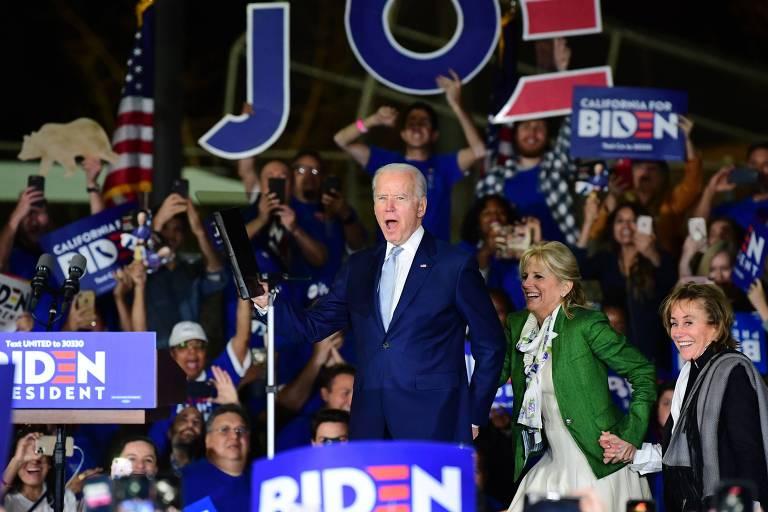 O pré-candidato Joe Biden de palco de comício em Los Angeles