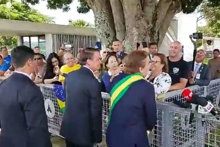 Jair Bolsonaro e o humorista Márvio Lúcio dos Santos Lourenço, conhecido como Carioca