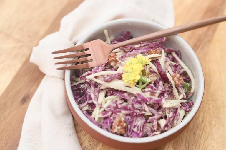 Salada de mamão verde com repolho roxo, crocante de tofu e tempê e molho de amendoim é sugestão de entrada no Cajuí