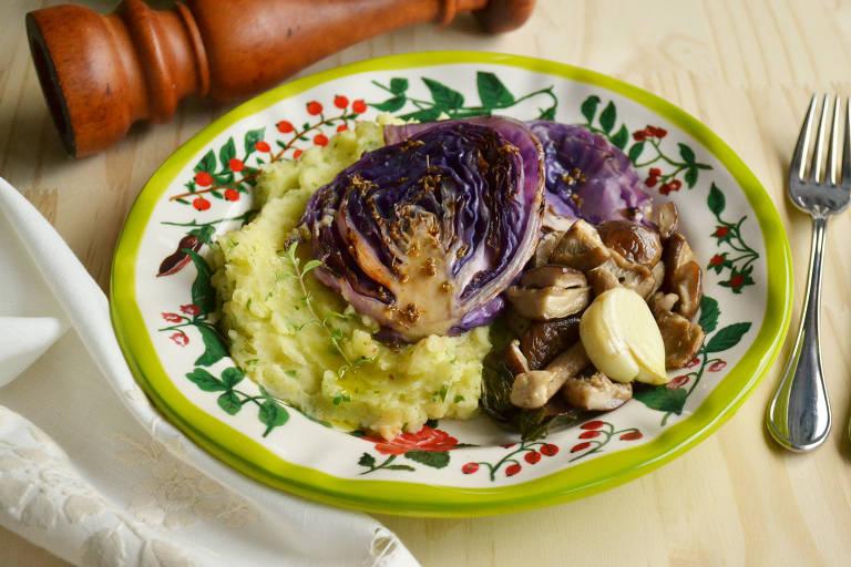 Repolho com erva-doce acompanhado de purê rústico de batatas e cogumelos