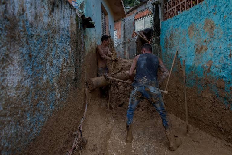 Moradores cavam e limpam o local por conta própria