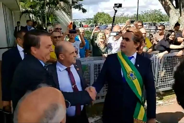 Jair Bolsonaro com o humorista Carioca fantasiado de presidente para debochar da cara dos jornalistas foi no Palácio do Alvorada