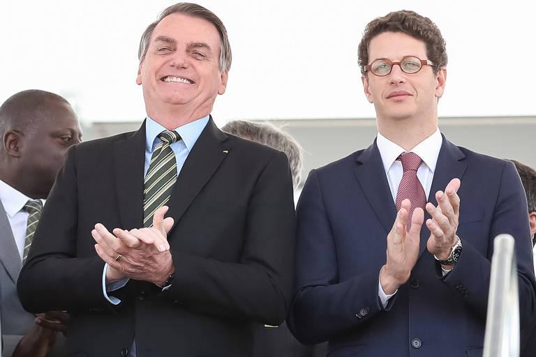 O presidente da República, Jair Bolsonaro, e o ministro do Meio Ambiente, Ricardo Salles, aplaudem