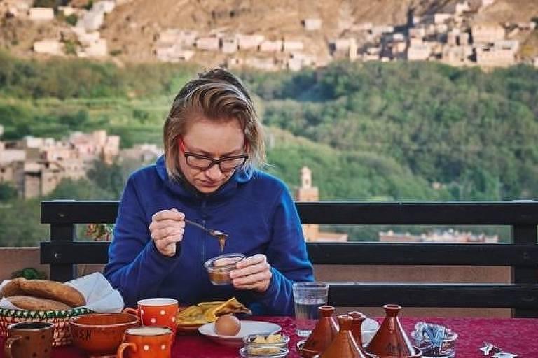 Turista no Marrocos; refeições nutritivas e com ingredientes locais são um dos atrativos do turismo de bem-estar