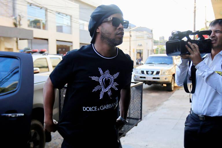 Ronaldinho chega ao Ministério Público do Paraguai para depor sobre os documentos falsos