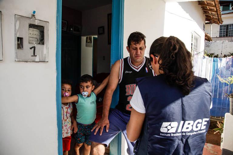 Recenseadora entrevista morador do bairro Nossa Senhora Aparecida, em Poços de Caldas, MG