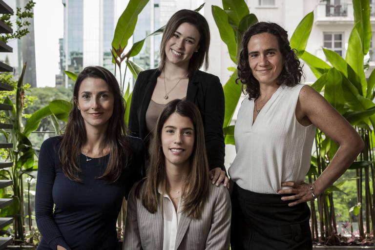 O escritório Chaves Alves e Salomi Advogados é composto por quatro advogadas: Maíra Beauchamp Salomi, 35 anos, (sócia; a esquerda); Pamela Torres Villar, 27 anos (associada; ao fundo); Maria Paes Barreto de Araújo Carvalho, 29 anos (associada; centro) e Marina Chaves Alves, 35 anos (sócia; a direita).