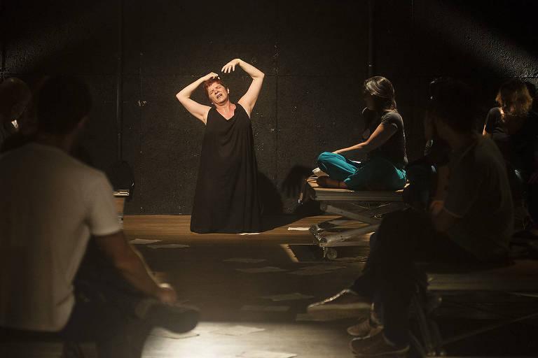 mulher em palco