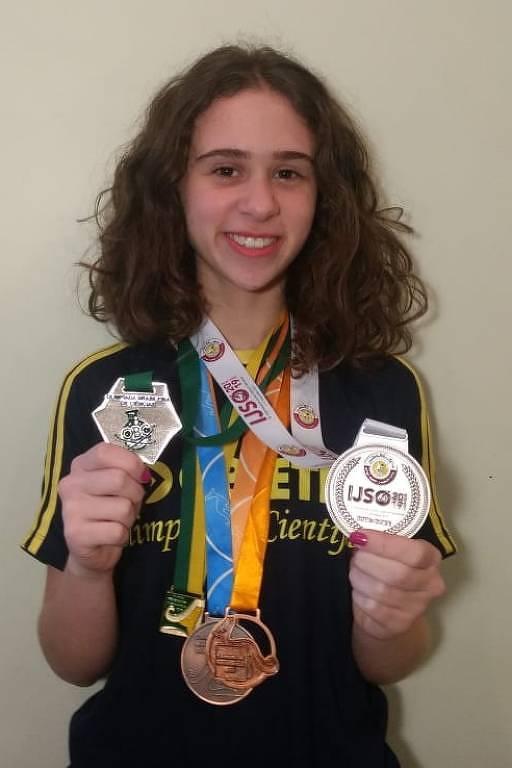 Alicia Duarte Silva, 15, com medalhas que ganhou em olimpíadas do conhecimento