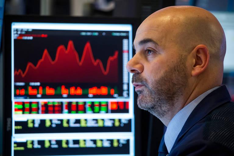 Operador da Bolsa de Nova York observa painel em dia de forte queda