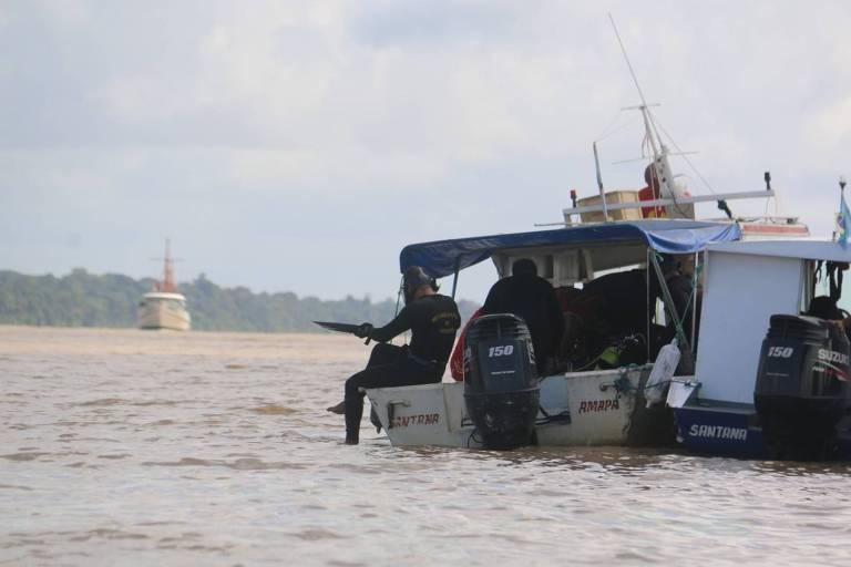 Bombeiros fazem buscas por vítimas do naufrágio do navio Anna Karoline 3, no Sul do Amapá