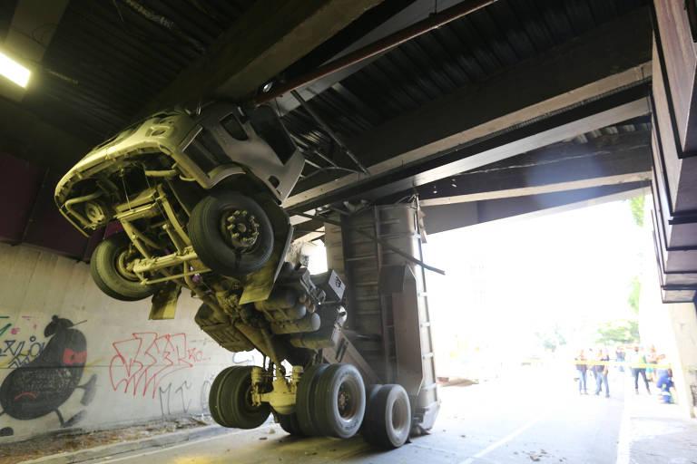 Caçamba levanta e caminhão entala dentro de túnel no centro de SP