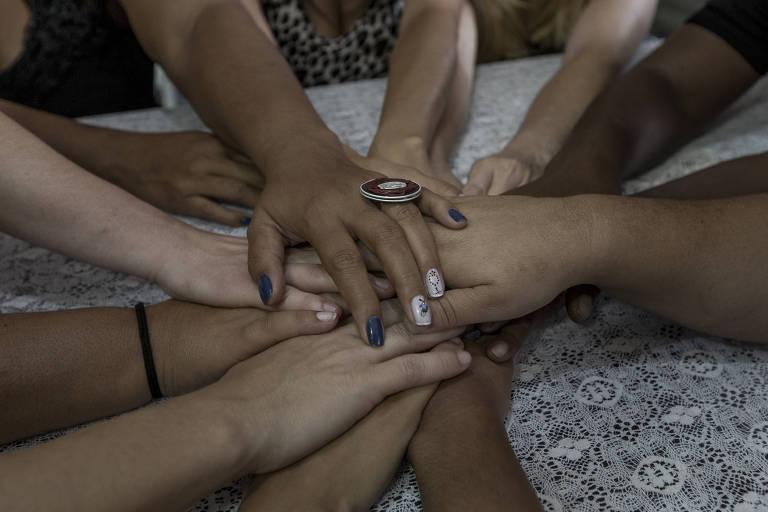Mãos de mulheres que denunciaram abusos e assédios