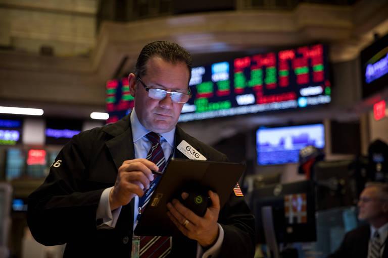 (200303) -- NUEVA YORK, 3 marzo, 2020 (Xinhua) -- Un comerciante trabaja en la Bolsa de Valores de Nueva York, en Nueva York, Estados Unidos, el 3 de marzo de 2020. Los mercados estadounidenses cayeron bruscamente en comercio volátil el martes, a pesar de que la Reserva Federal realizó un recorte de emergencia de las tasas de interés. El Promedio Industrial Dow Jones cayó 785,91 puntos, o 2,94 por ciento, para terminar en 25.917,41 unidades. El índice Standard & Poor's 500 bajó 86,86 puntos, o 2,81 por ciento, para ubicarse en 3.003,37 unidades. El índice compuesto Nasdaq perdió 268,07 puntos, o 2,99 por ciento, para cerrar en 8.684.09 unidades. (