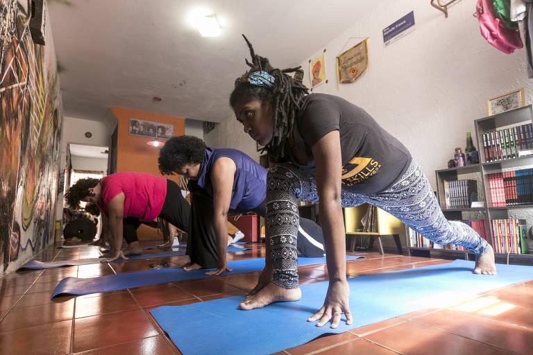Aula de ioga kemética, de origem africana, na livraria Africanidades, especializada em literatura negra, na zona norte de São Paulo
