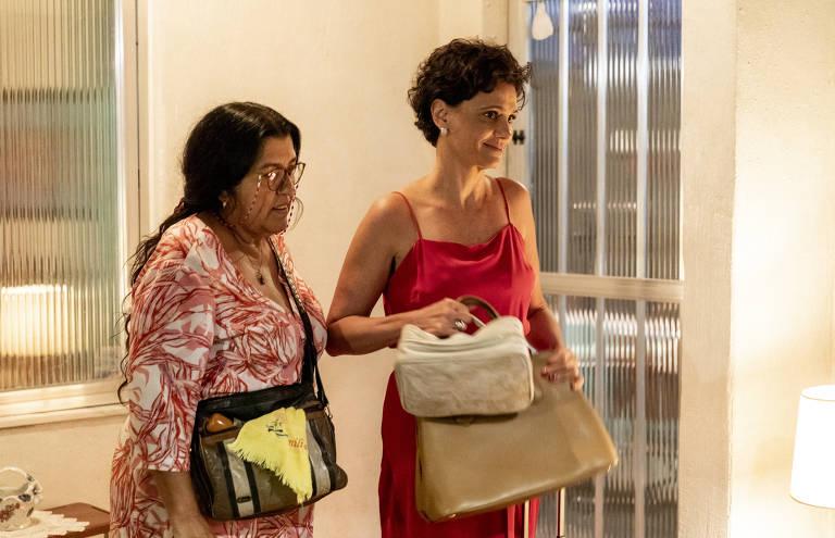 Lurdes (Regina Casé) leva Lídia (Malu Galli) para sua casa