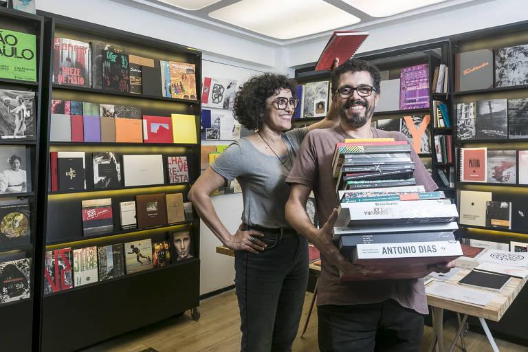 José Fujocka e Luciana Molisani, sócios da Lovely House, livraria especializada em arte, fotografia e design no centro de São Paulo