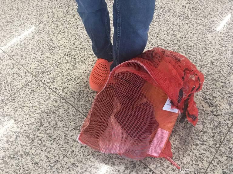 Únicos pertences trazidos por mulher deportada foram objetos que ganhou dentro da detenção, como uma Bíblia, que era de outra brasileira