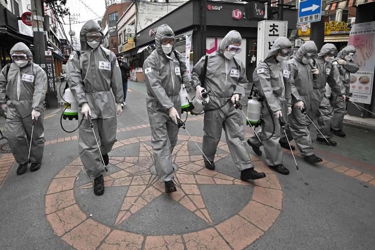 Soldados sul coreanos usam spray contra coronavírus nas ruas em Seul, Coreia do Su