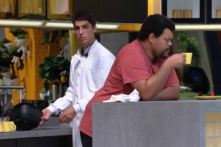 Felipe Prior e Babu na cozinha do BBB 20