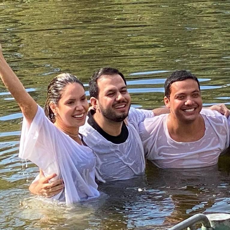Wesley Safadão e a mulher, Thyane Dantas, são batizados nas águas do rio Jordão