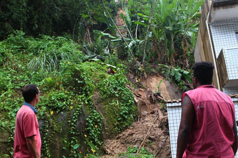 Chuva provoca ao menos 40 mortes e deixa 40 desaparecidos na Baixada Santista . Desabamento de encostas no Morro do São Bento