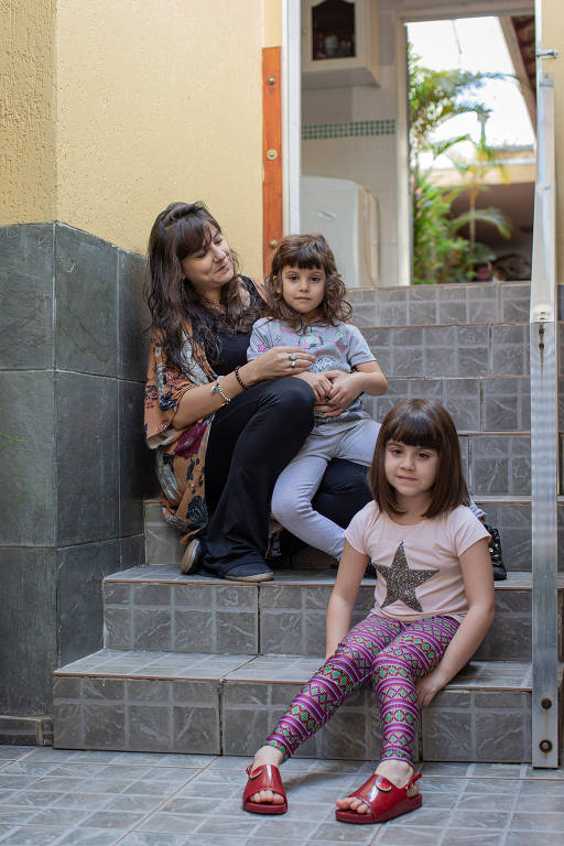 Michele Ponse com as filhas Maria Eduarda e Maya; ela está grávida da terceira menina e ensina as filhas sobre cuidados com seus corpos desde cedo