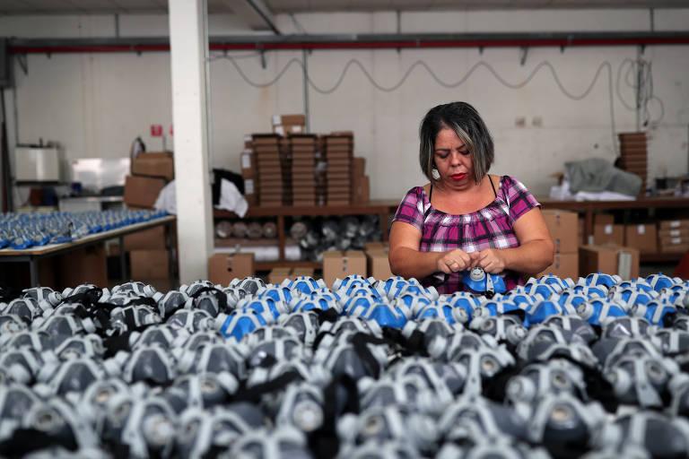A fábrica de máscaras Destra Brasil enfrenta escassez de material devido à alta demanda após o surto de coronavírus em São Paulo