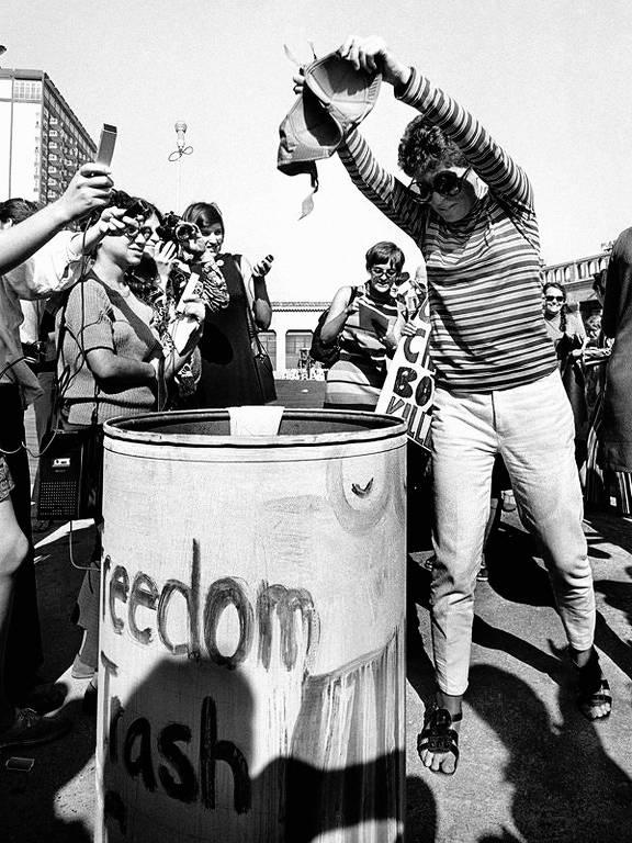 Surge o mito do sutiã queimado  Em 1968, em um protesto contra o concurso do Miss América, nos EUA, feministas jogam em uma lixeira sutiãs, espartilhos, panelas, revistas de pornografia e outros 'instrumentos de tortura feminina'; nada foi queimado, mas a partir daí surge o estereótipo de feministas que queimam sutiãs