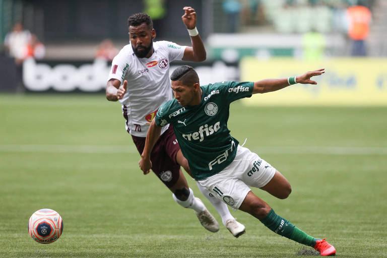O jogador Rony, do Palmeiras, disputa bola com o jogador Lucas Mendes, da Ferroviária durante partida válida pela nona rodada do Campeonato Paulista, na arena Allianz Parque