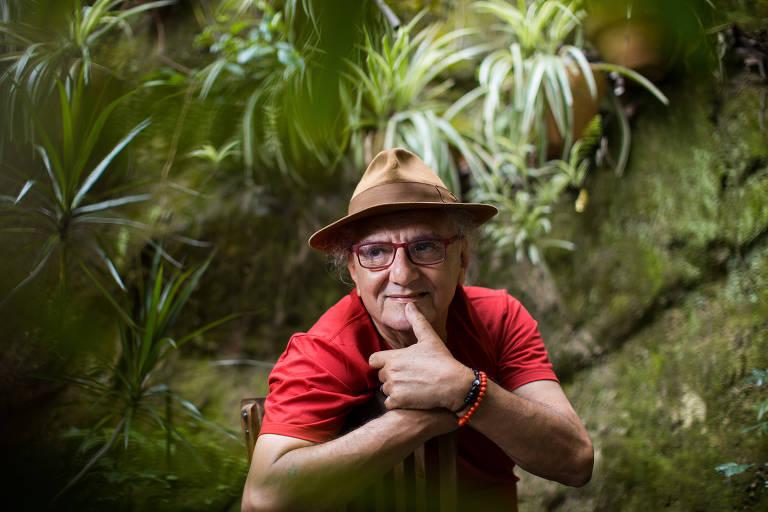 O escritor e poeta Jorge Salomão em sua casa no bairro de Santa Treza no Rio de Janeiro