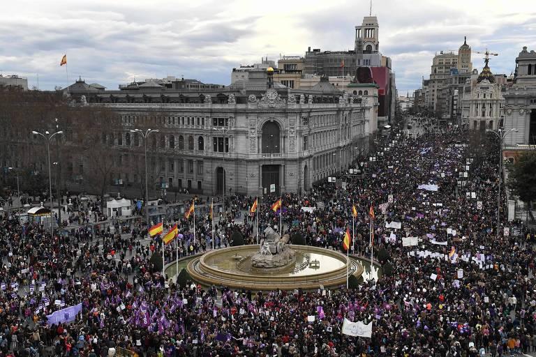Manifestantes na praça de Cibeles, em Madri, na Espanha