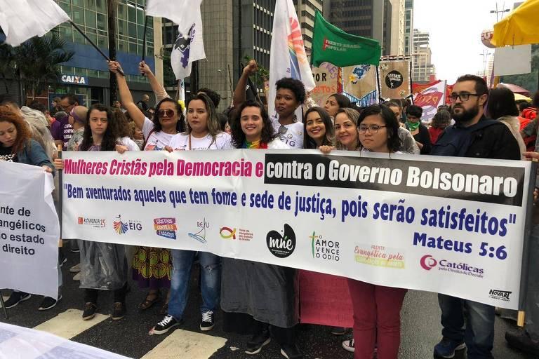 Integrantes de grupos religiosos participam de ato na avenida Paulista no Dia Internacional da Mulher