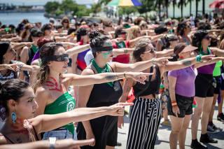 RIO DE JANEIRO, RJ, BRASIL, 08-03-2020,  Movimento de mulheres fazem ato contra Bolsonaro, junto com centrais sindicais preparam acoes em todo Brasil. No Rio houve o ato  Ël violador es tu
