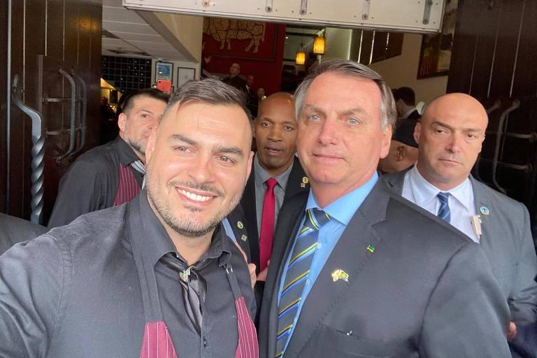 O garçom Franklin Oliveira em foto com o presidente Jair Bolsonaro em restaurante de Miami