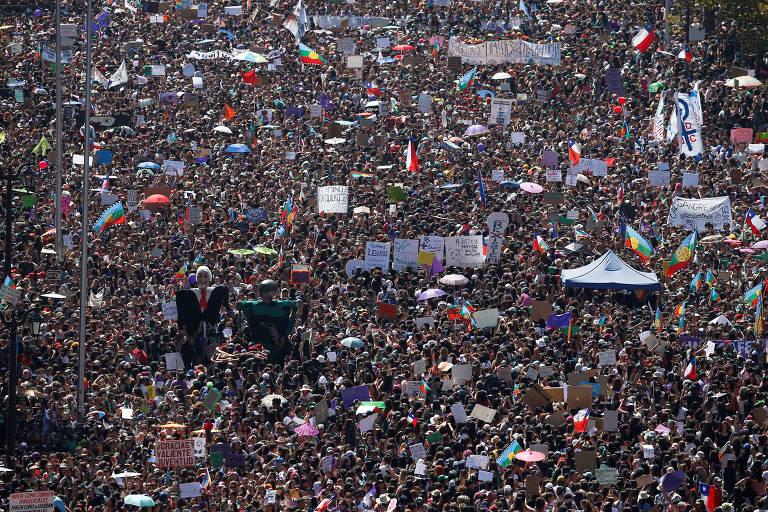Manifestantes durante a celebração do Dia Internacional da Mulher em Santiago, Chile