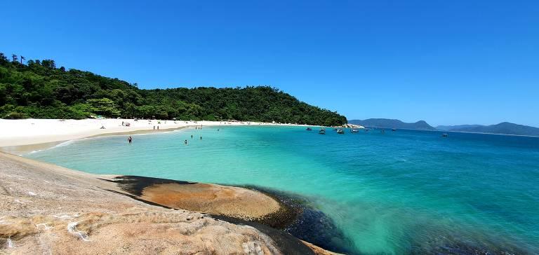 Ilha em SC possui a maior concentração de sítios arqueológicos do litoral brasileiro. Visitantes chegam no local atraídos pela paisagem.