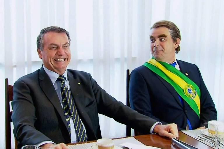 Bolsonaro é entrevistado pelo humorista Carioca durante quadro do Domingo Espetacular, na Record