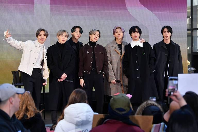 Da esq. para a dir.: J-Hope, SUGA, Jungkook, Jimin, RM, V, e Jin do grupo de k-pop BTS