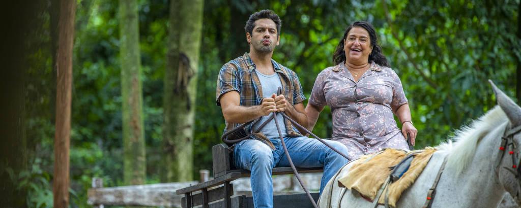 Zezinho (João Baldasserini) e a mãe, Ermelinda (Grace Gianoukas), na novela 'Salve-se Quem Puder' (Globo)