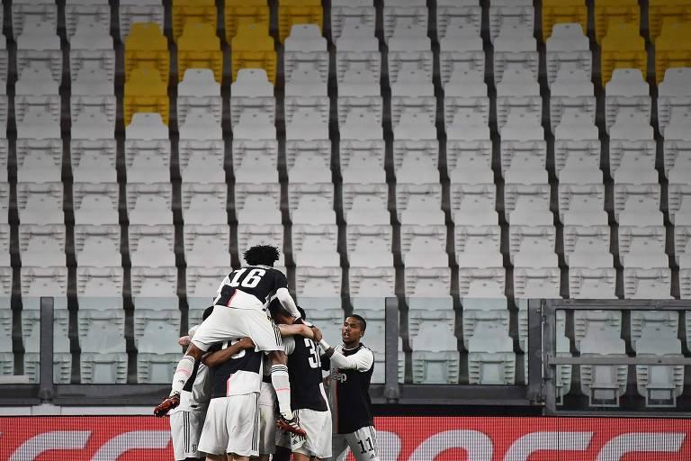 Jogadores da Juventus comemoram gol diante das arquibancadas vazias, pelo Campeonato Italiano