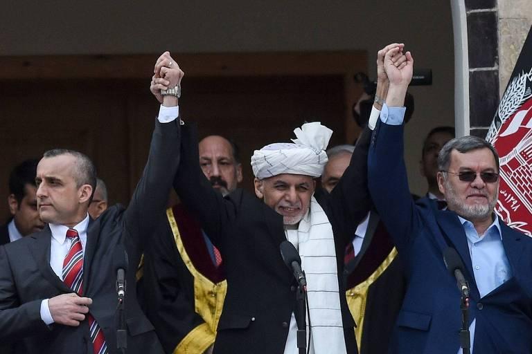 O presidente do Afeganistão, Ashraf Ghani, ao centro, com o primeiro vice-presidente, Amrullah Saleh, à esq., e o segundo vice-presidente, Sarwar Danish, durante ceromônia de posse em Cabul
